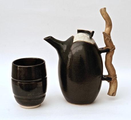Théière noire avec bois flotté
