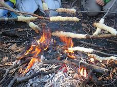 Essen über dem Feuer zubereiten Waldschule