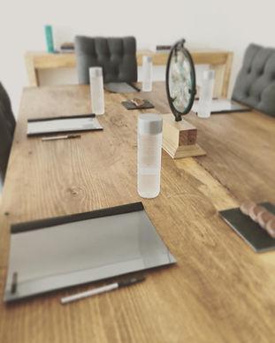 junta, reunión, botellas de agua, mesa de madera, carpetas, folders, plumas, boligrafos