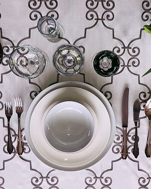 Mesa, platos, copas, cubiertos, cubiertos de plata, mantel, servilleta