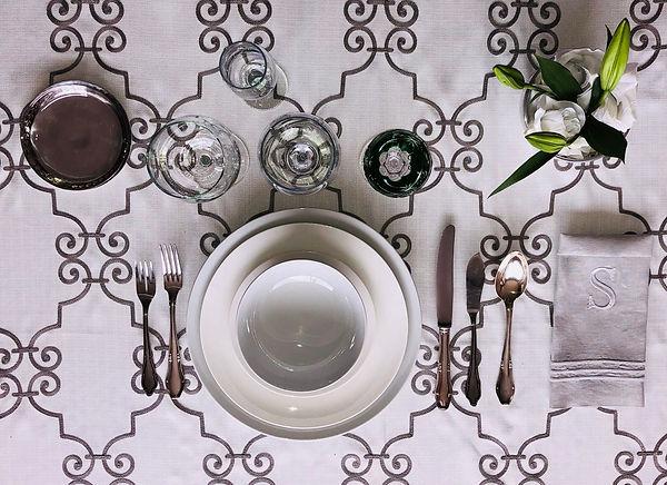 Mesa, Layout mesa, platos, copas cubertería de plata, cubiertos, matel, servileta, flores