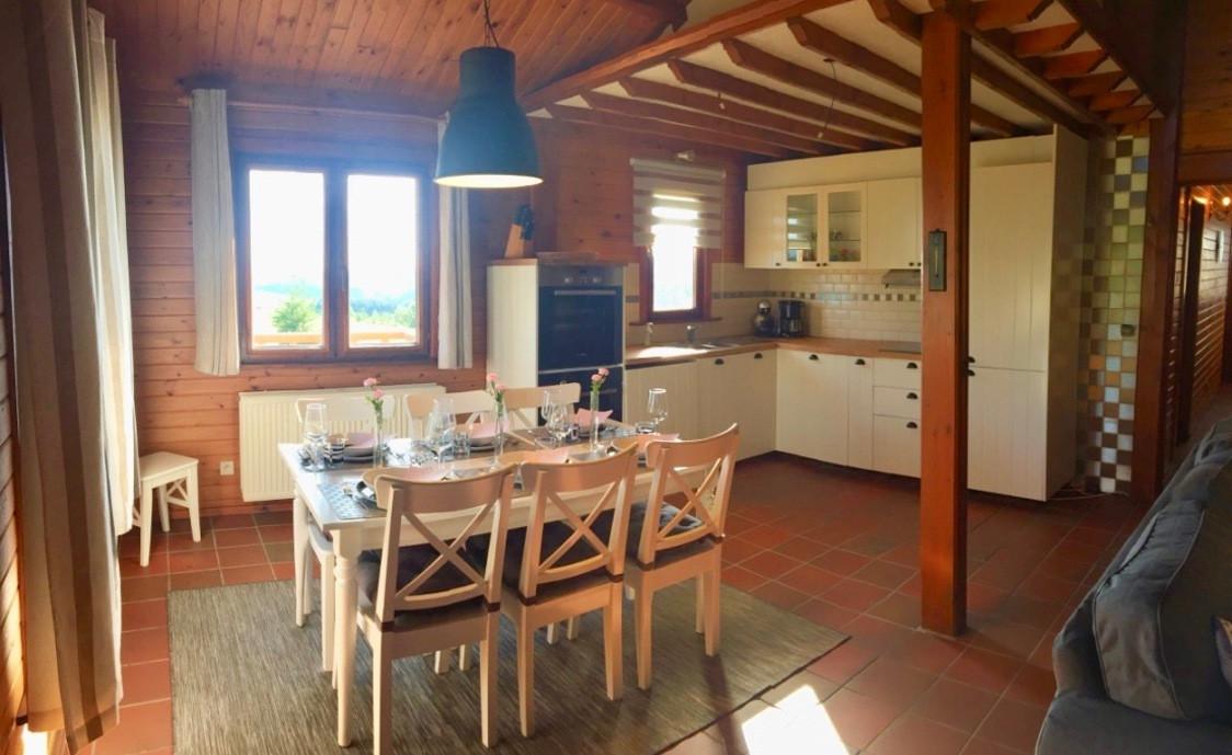 De woonkamer en keuken