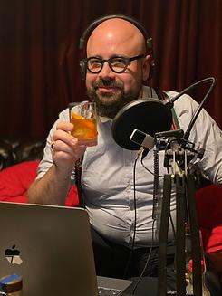 Der Gastgeber Michael Hofauer vor seinem Tasting Setup mit einem Glas Old Fashioned