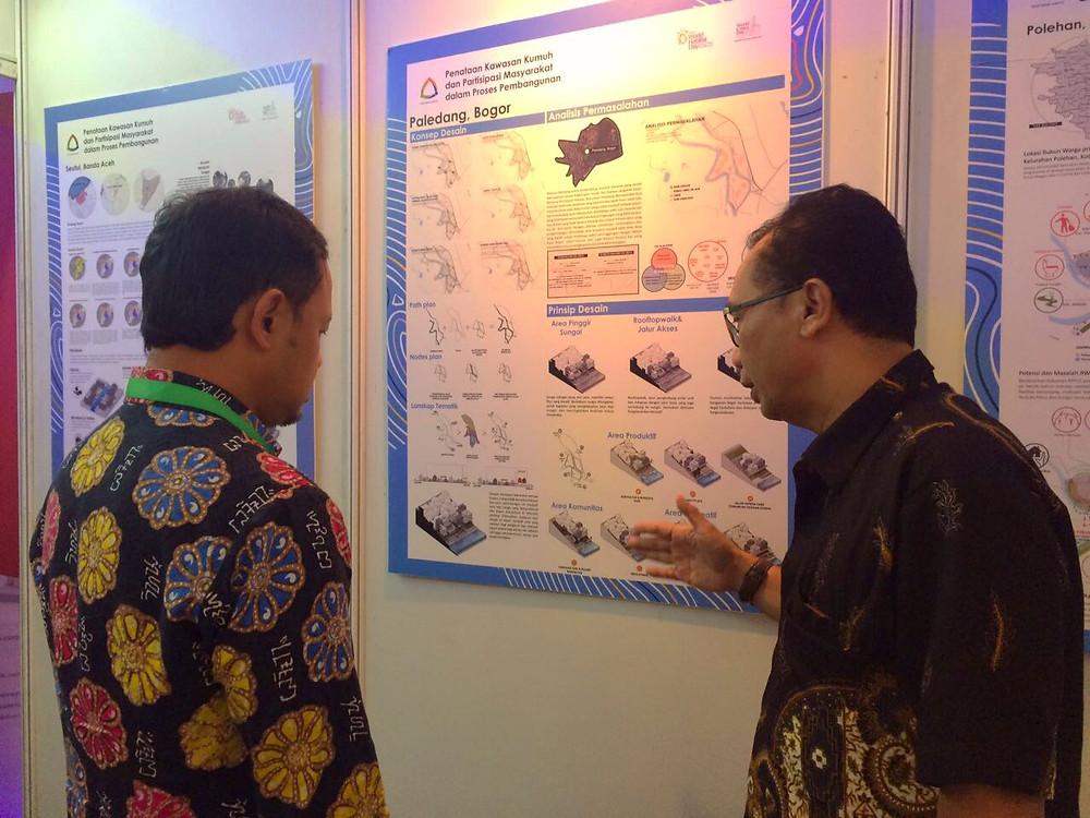 Mayor of Bogor (left), Bima Arya having a warm discussion