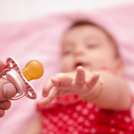 ללמד תינוק לקחת מוצץ לבדו