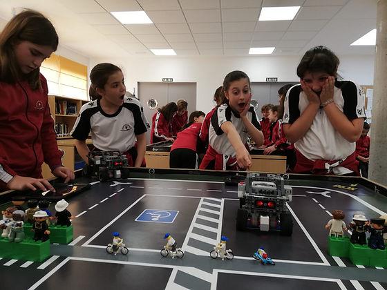 Alumnos programando LEGO MINDSTORMS EV3