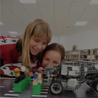 Niñas programando robot LEGO