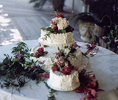 Wedding cake flowers by L'Atelier D'Ambiance