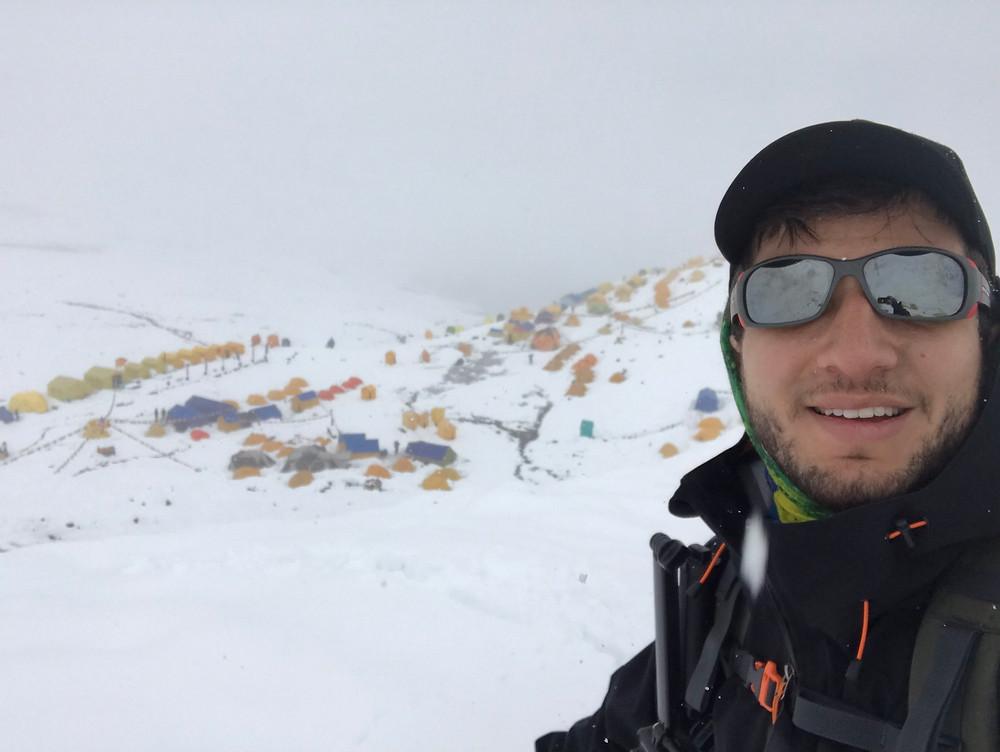 Campo base do Manaslu com muita neve