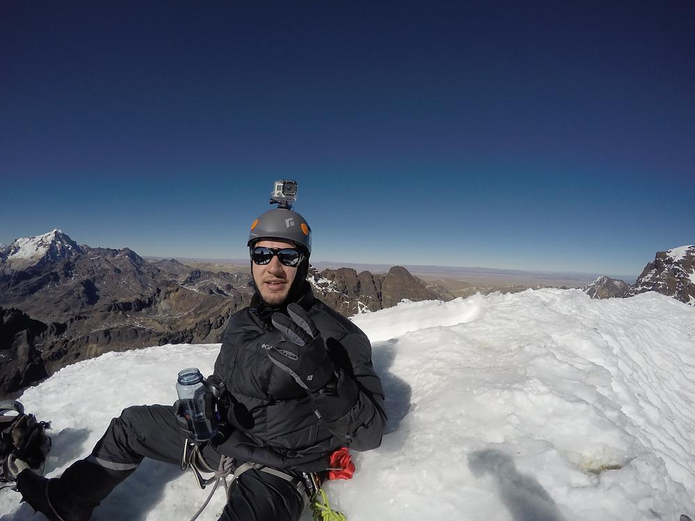 Henrique Franke no cume do Pequeño Alpamayo, Bolívia