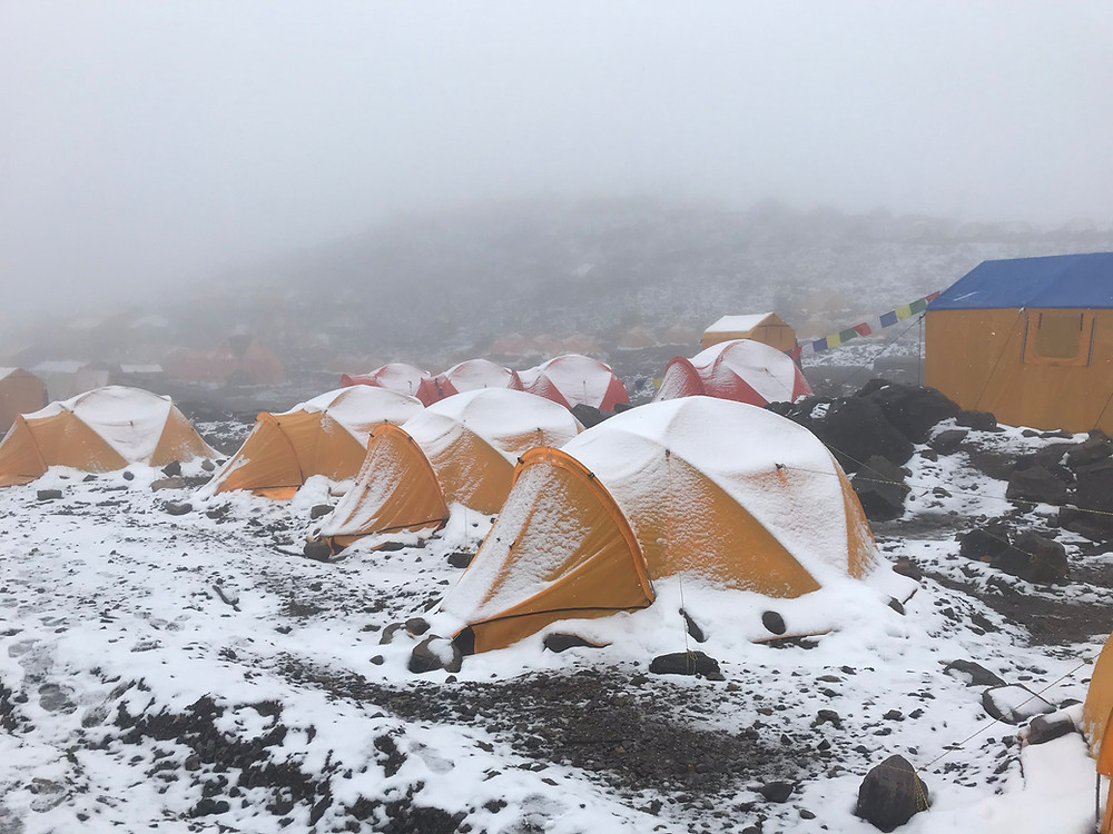 neve no campo base do Manaslu, alta montanha