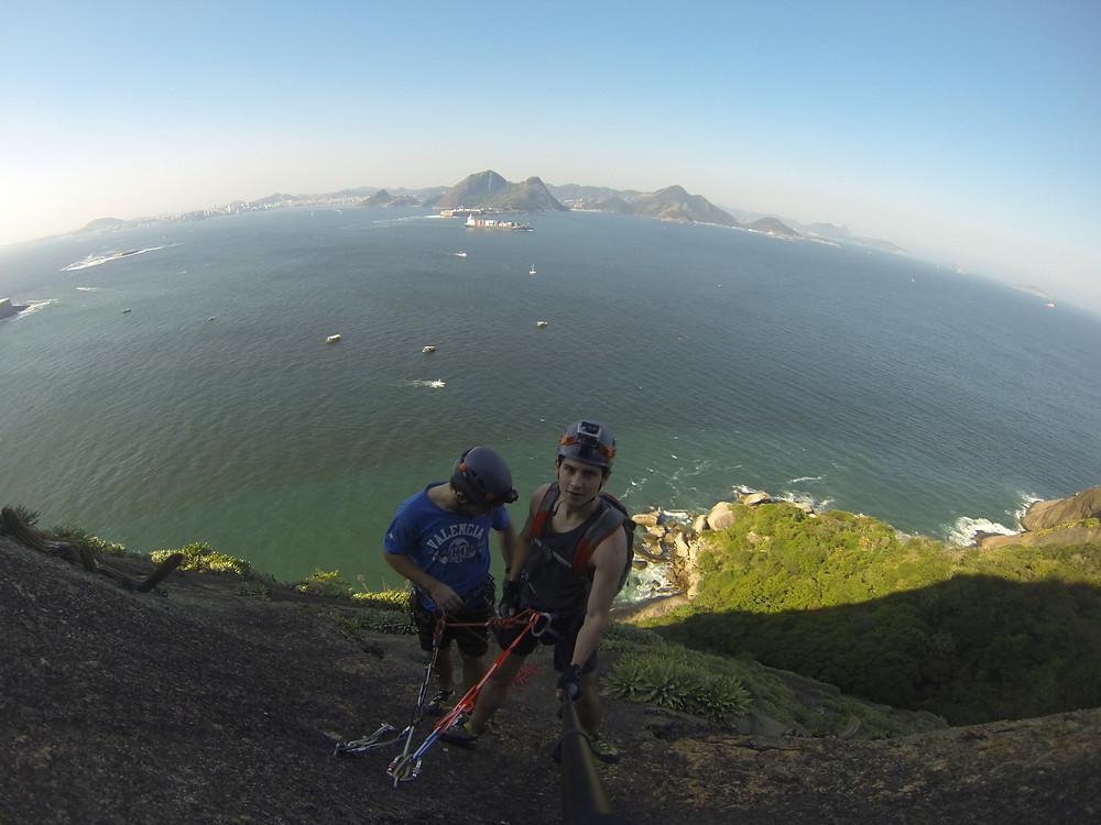 Henrique Franke e Rael Mairesse escalando no Pão de Açúcar, RJ