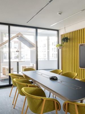 Farbenfroher Konferenzraum