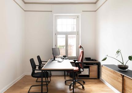 Ordnung im Büro mit hochwertigen Holzmöbel