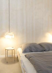 Klare Struktur und sanftes Licht im Schlafbereich