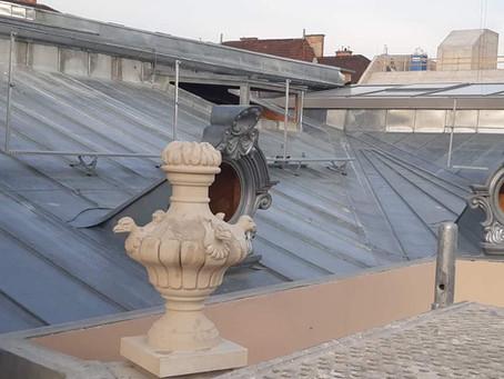 A budapesti Károlyi Csekonics Palota tetődíszei a sárkány motívumok kaspó és kert díszítő szegélyek.