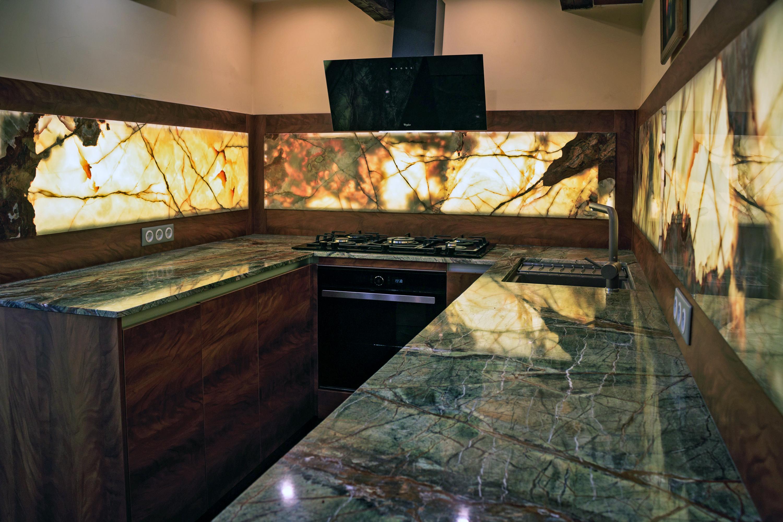 Forest Green konyhapult, átvilágított Onyx hátfal