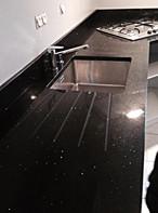 plan en quartz noir avec evier et égouttoir rainuré