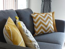 Canapé gris et coussins jaune