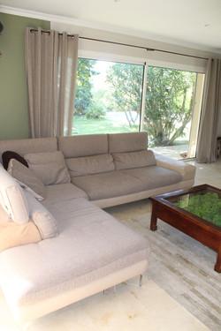 Le salon et son grand canapé