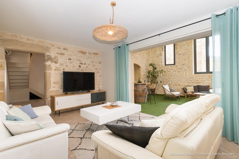 Salon avec meuble TV Dots et canapé blanc, suspension forestier