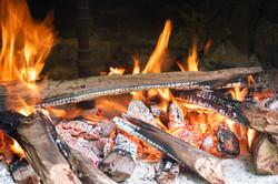Acendendo o forno pra torrar farinha