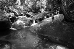 Crianças guarani em banho de rio