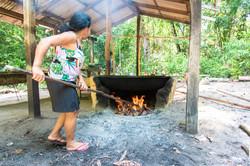 Acenddendo o forno pra torrar farinha