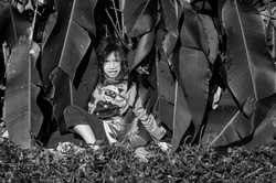 Crianças guarani brincando na floresta