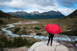 La chica del paraguas rojo en el Fin del mundo