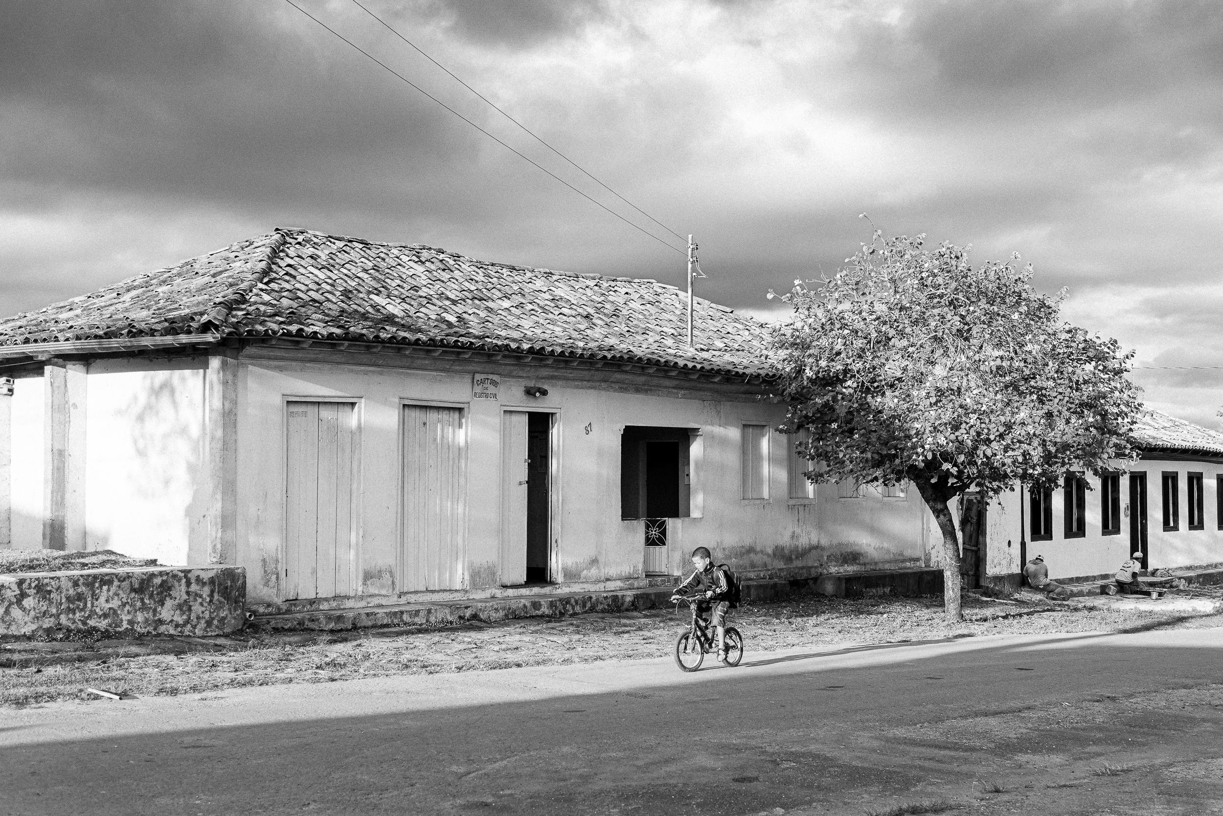 Criança quilombola pedalando