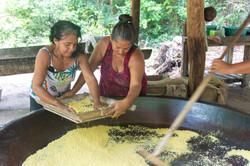 Joana e ||Maricilda peneirando a farinha