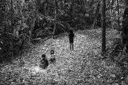 Crianças wapichana brincando na floresta