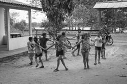 Crianças quilombola brincando de roda