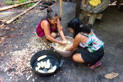 Lavando a mandioca para fazer farinha