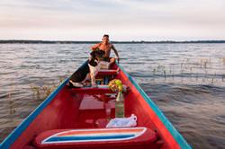 Ramílson e o cão Feijão ao entardecer no Rio Tocantins