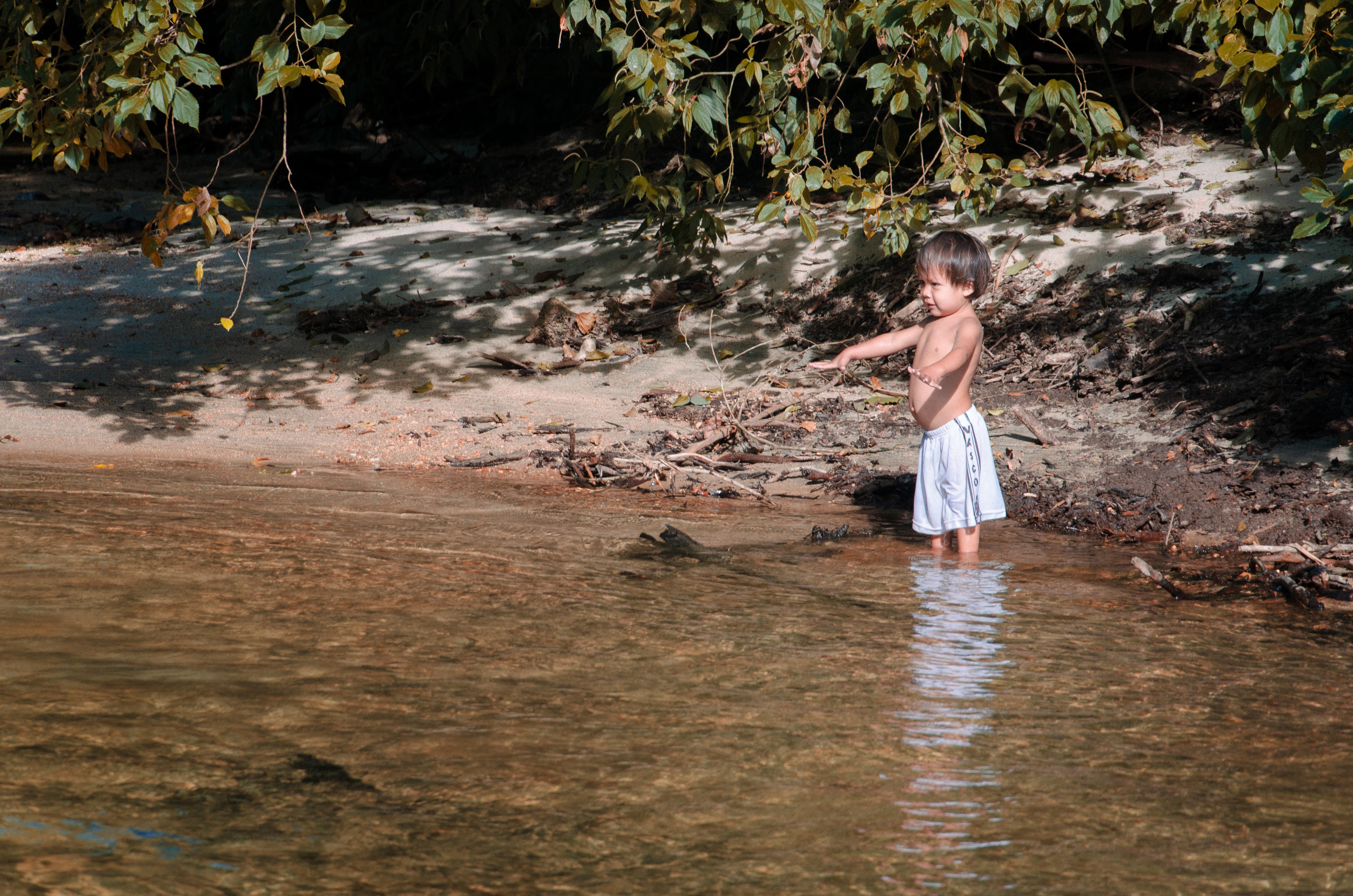 Curumim no rio