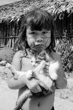 Criança guarani e o gatinho