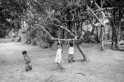 Crianças guarani brincando