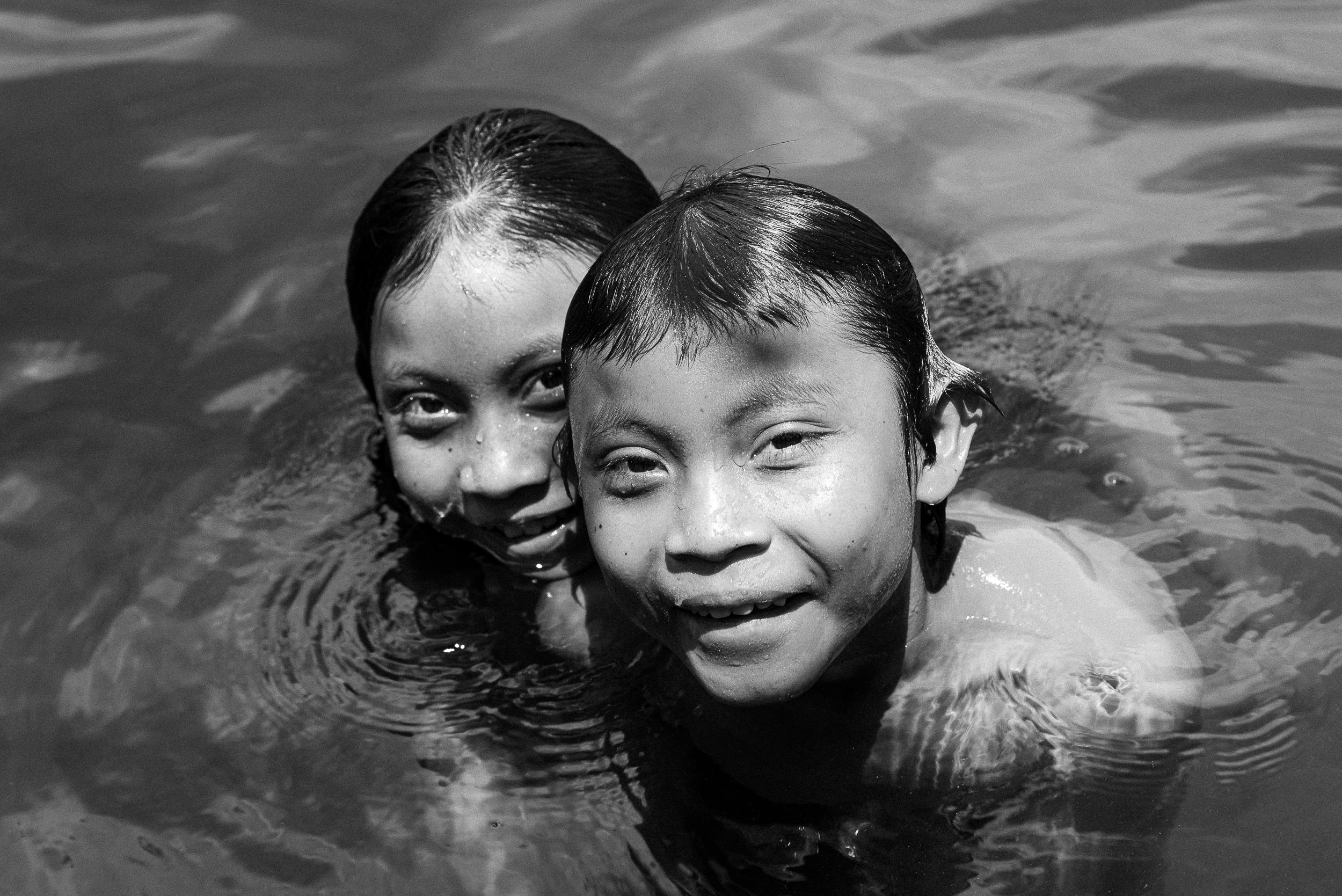 Crianças wapichana brincando no igarapé