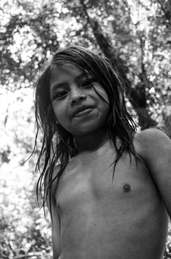 Criança guarani brincando na floresta