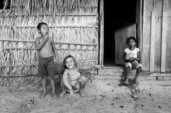 Crianças wapichana brincando e comendo