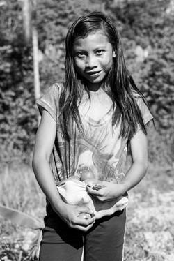 Crianças wapichana colhendo tucumã