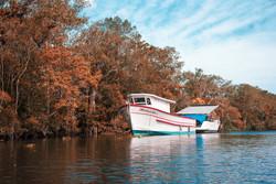 Barco no rio, na paleta de Magritte