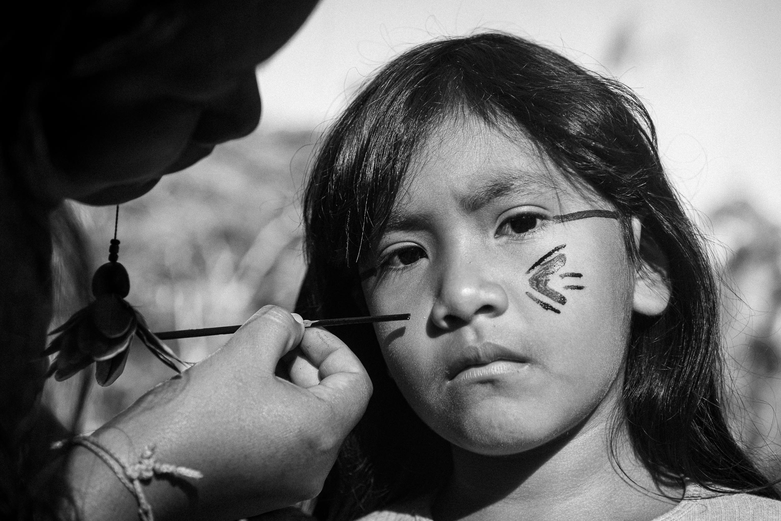 Crianças guarani pintando o rosto