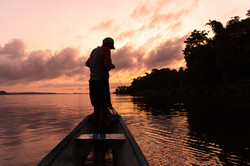 Firmino pescando ao amanhecer no Rio Tocantins