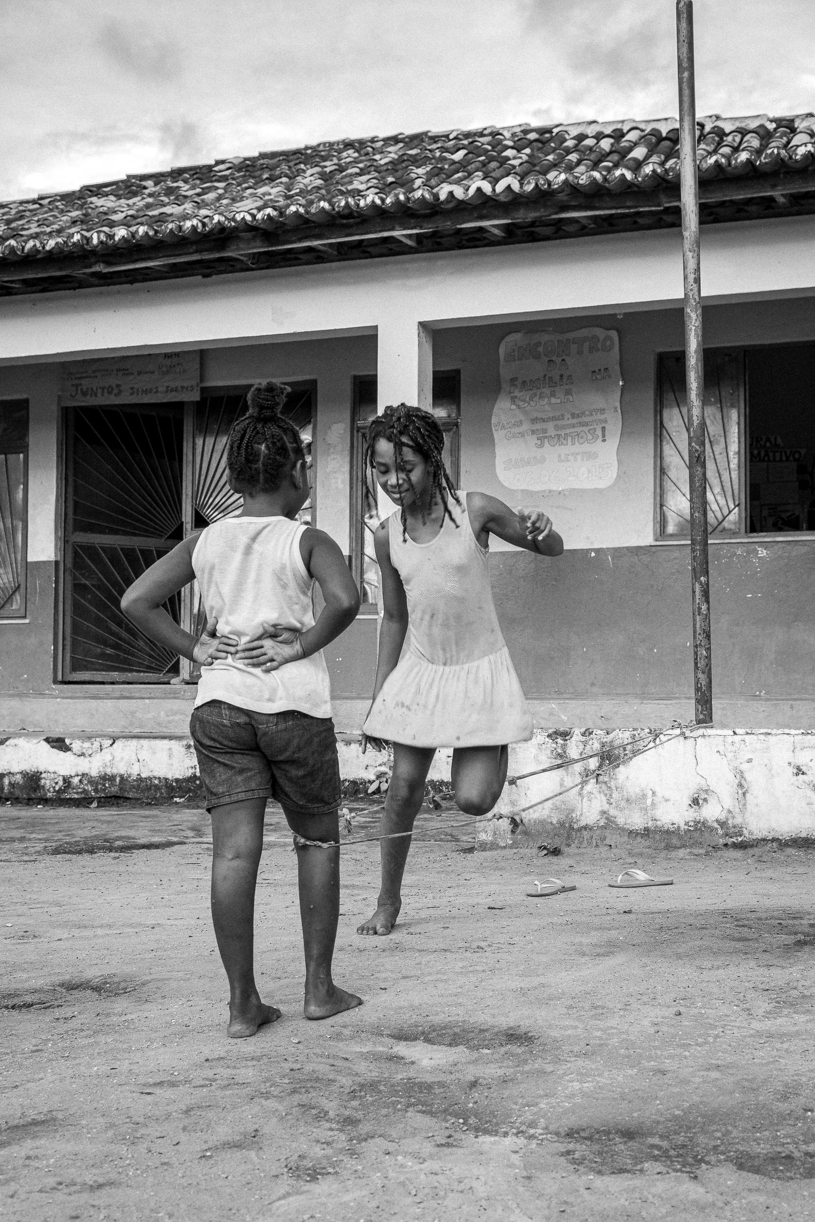 Criança quilombola pulando corda