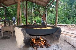 Maricilda torrando farinha em forno centenário
