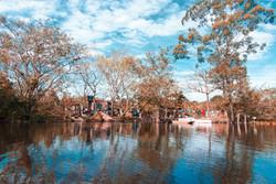 Ocupação na margem do rio na paleta de Magritte