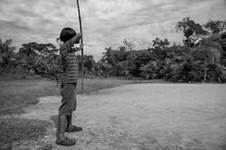 Crianças guarani brincando com arco e  flecha